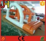 上の膨脹可能な水ゲームのアーチ橋