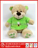Urso macio da peluche do luxuoso na camisa verde de T