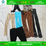 A origem usou cuecas usadas estilo do algodão das senhoras de África da roupa em umas balas para a venda