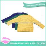 귀여운 소녀 아이들의 외투가 뜨개질을 하는 의복에 의하여 옷 농담을 한다