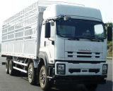 Nuevo carro pesado de Isuzu con el cargamento de 30 toneladas