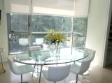 De ovale Bovenkant van de Eettafel van het Glas