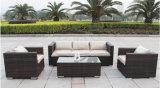 Sofá e conjunto de mesa de vime em vime com xícara de jardim e pátio ao ar livre