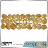 Желтая граница прокладки мозаики камушка