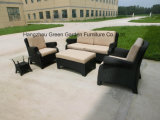 側面のコーヒーテーブルが付いている柳細工の屋外のソファーの一定のソファー