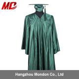 Vert de forêt brillant de chapeau et de robe de graduation de lycée