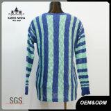 青い女性および緑の縦縞のセーター