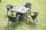 庭のFootstoolの柳細工のロッキングチェアが付いている屋外の藤の椅子