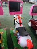 新しい遊園地の馬の子供の乗車