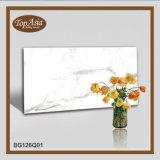 アイボリーの白い光沢のある磨かれた艶をかけられた磁器の薄くスラブ床のタイルの壁のタイル