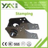 Carimbando a parte no metal que processa as peças de maquinaria