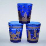金の縁が付いている顔料の青い小グラス