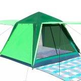 ピクニックキャンプの自動開始グループのテントをハイキングしている3つの4人