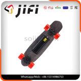 Individu sec de planche à roulettes équilibrant le scooter électrique avec à télécommande