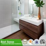 Cabina de cuarto de baño moderna con el espejo