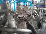 Завод минеральной питьевой воды бутылки любимчика заполняя разливая по бутылкам