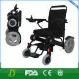 전력 휠체어를 접히는 공항 빛