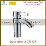 Grifo de agua sanitario del fregadero de cocina de las mercancías
