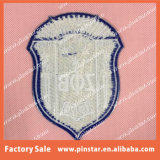 ClothesのためのEmbroidered Patchesの熱いSale Custom Design Quality Shield Shape Iron