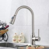 Sacar el golpecito de mezclador aplicado con brocha níquel montado cubierta para la cocina