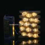 Le père noël DEL cumule deux emplois 20 DEL étoilées micro sur les batteries argentées minces du fil 2AA priées