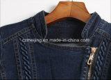 Пальто `s женщин джинсыов короткое