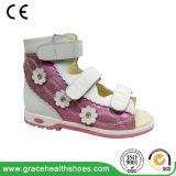 Le support d'enfants chausse des chaussures d'élève pour le santal orthopédique d'empêchement