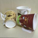 Tazas de papel del café con la maneta