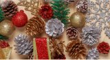 Le scintillement argenté ornemente - les arbres argentés, les flocons de neige argentés et les signes argentés de Joyeux Noël - des sacs de couteau de Noël de crochet de décorations de Noël