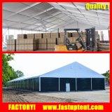 A grande barraca industrial do armazenamento com alumínio apainela a parede