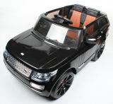Un giro dei due capretti della sede sulla porta aperta elettrica 12V del giocattolo dell'automobile