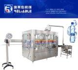 Máquina de engarrafamento pequena da água bebendo do frasco