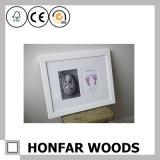 白い粘土Handprint及び足跡の記念品の木製の写真フレーム
