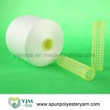 Hilados de polyester blancos sin procesar en el cono de papel para coser
