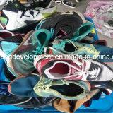 Sapatas usadas do tamanho homem grande para o mercado de Afrcan