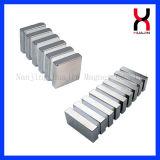 正方形のニッケルおよび亜鉛はネオジムのブロックの磁石に塗った