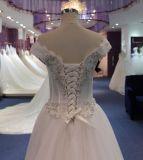 Eine Zeile weg vom weißen Kristallhochzeits-Kleid