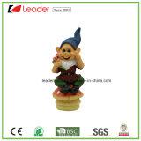 Gnome divertente del giardino di Polyresin che si siede sul fungo e che tiene fiore per la decorazione del prato inglese