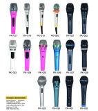 Microfono di condensatore collegato tenuto in mano per disegno di canzone 2017 del K il nuovo