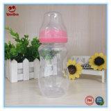 Бутылка самого лучшего младенца подавая с мягкой ниппелью