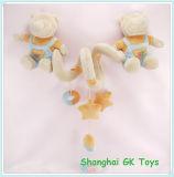 O bebê bonito brinca pouco série do brinquedo do urso