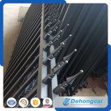 電流を通された粉の上塗を施してある鋼鉄塀