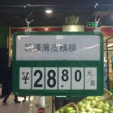 Supermercato che appende il supporto di plastica del segno con gli ami di plastica