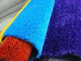 Césped artificial/sintético de la hierba con la hierba del color
