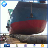 O navio parte a bolsa a ar de lançamento do barco de borracha inflável do pontão