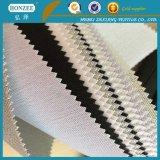 Filo di ordito scrivente tra riga e riga del tessuto dell'adesivo lavorato a maglia