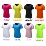 소매 t-셔츠가 분홍색 색깔 여자에 의하여 누전한다