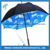 昇進の傘の中の木まっすぐのシャフトの自動車の開いた曇り空