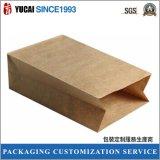 Verpacken- der Lebensmittelbeutel im braunen Packpapier ohne Drucken