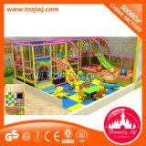 Labirinto macio interno favorito do campo de jogos das crianças